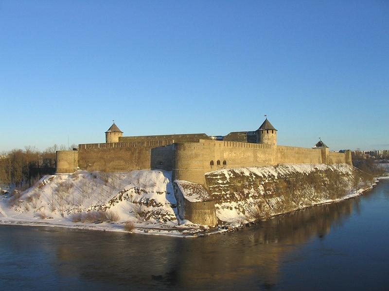 Вид на Ивангородскую крепость из Нарвского замка
